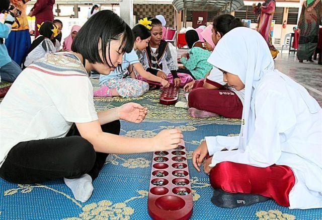 马来西亚民族传统, 马来西亚传统文化, 马来西亚传统舞蹈, 马来西亚传统工艺, 马来西亚传统舞蹈, 马来西亚传统游戏, 马来西亚传统信仰, 马来西亚传统文物, 马来西亚传统音乐, 马来西亚传统服装